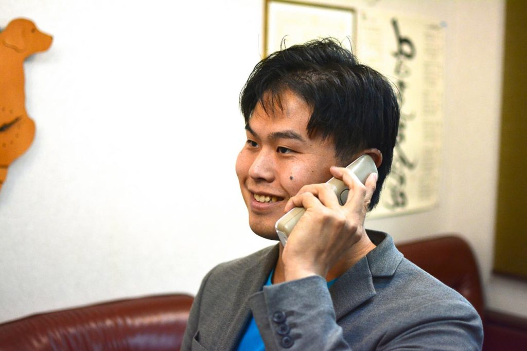 電話をうける院長