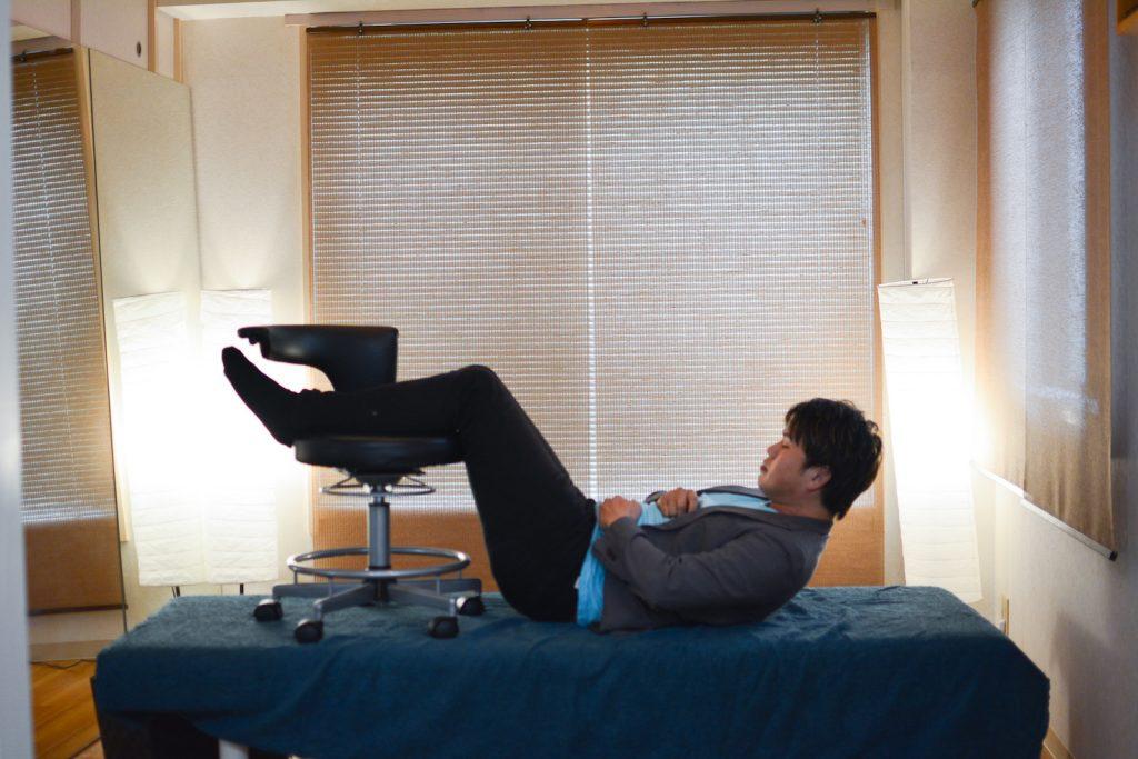 椅子に脚をあげて腹筋