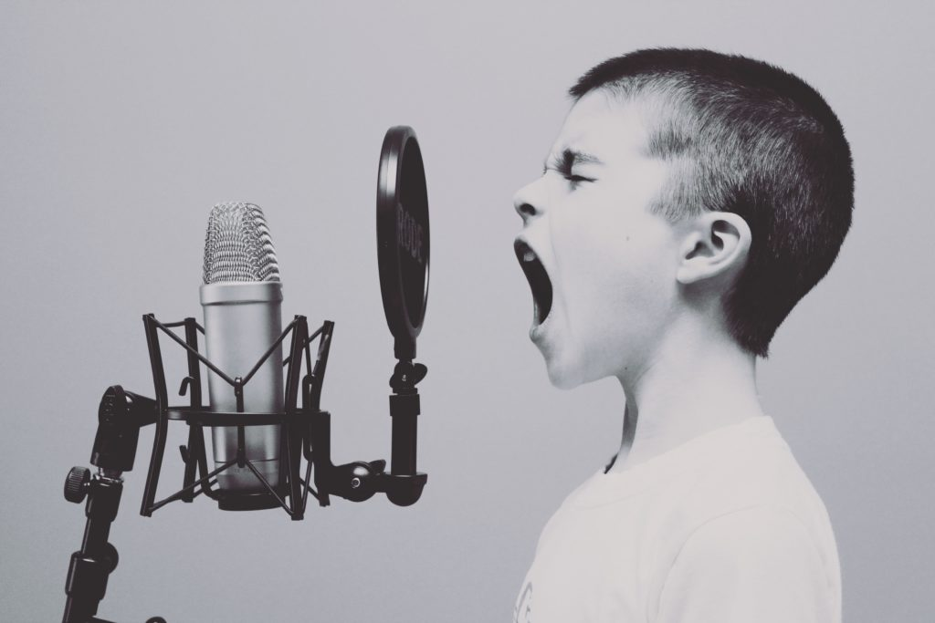歌っている子ども