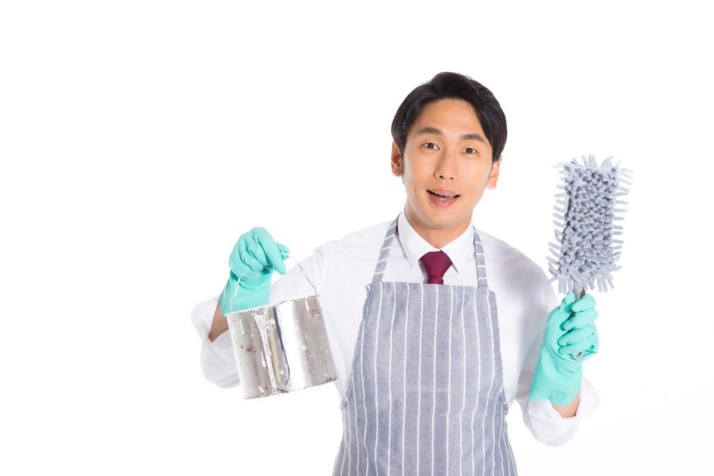 清掃用具をもった男性