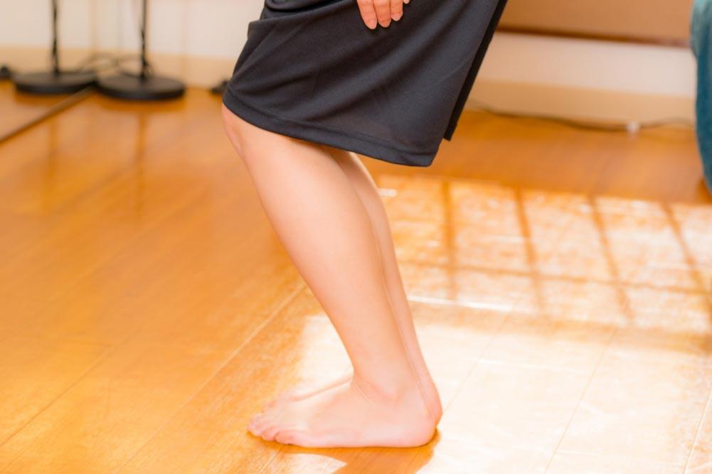 膝を曲げる角度を調整してスクワット
