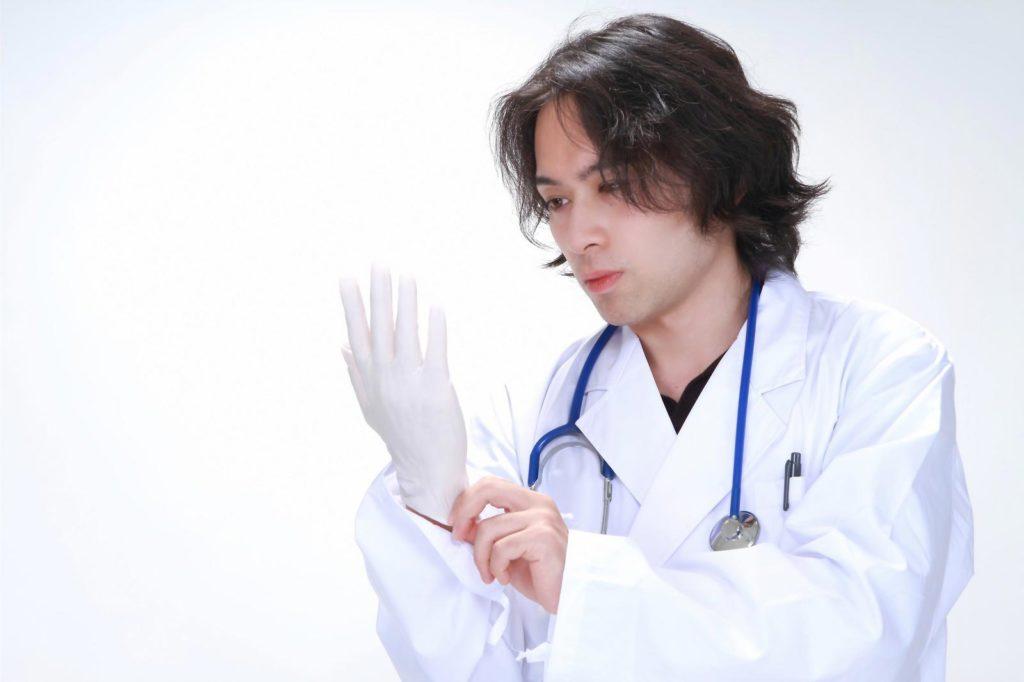医療用ゴム手袋を装着している医療者