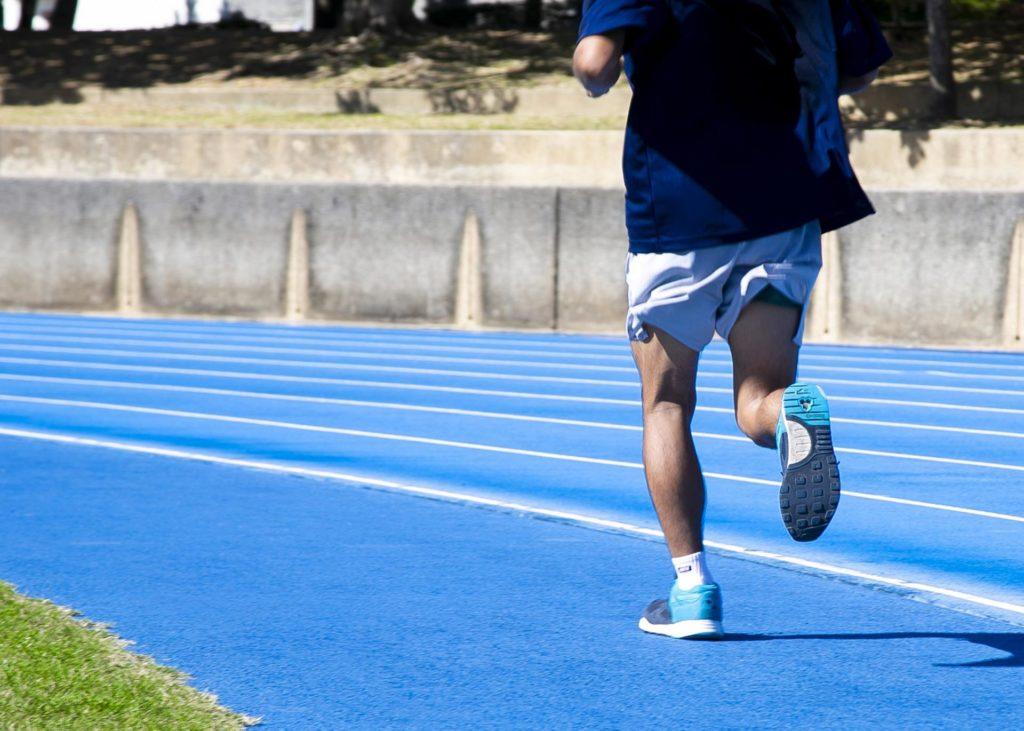 スポーツで走る膝と足の動き