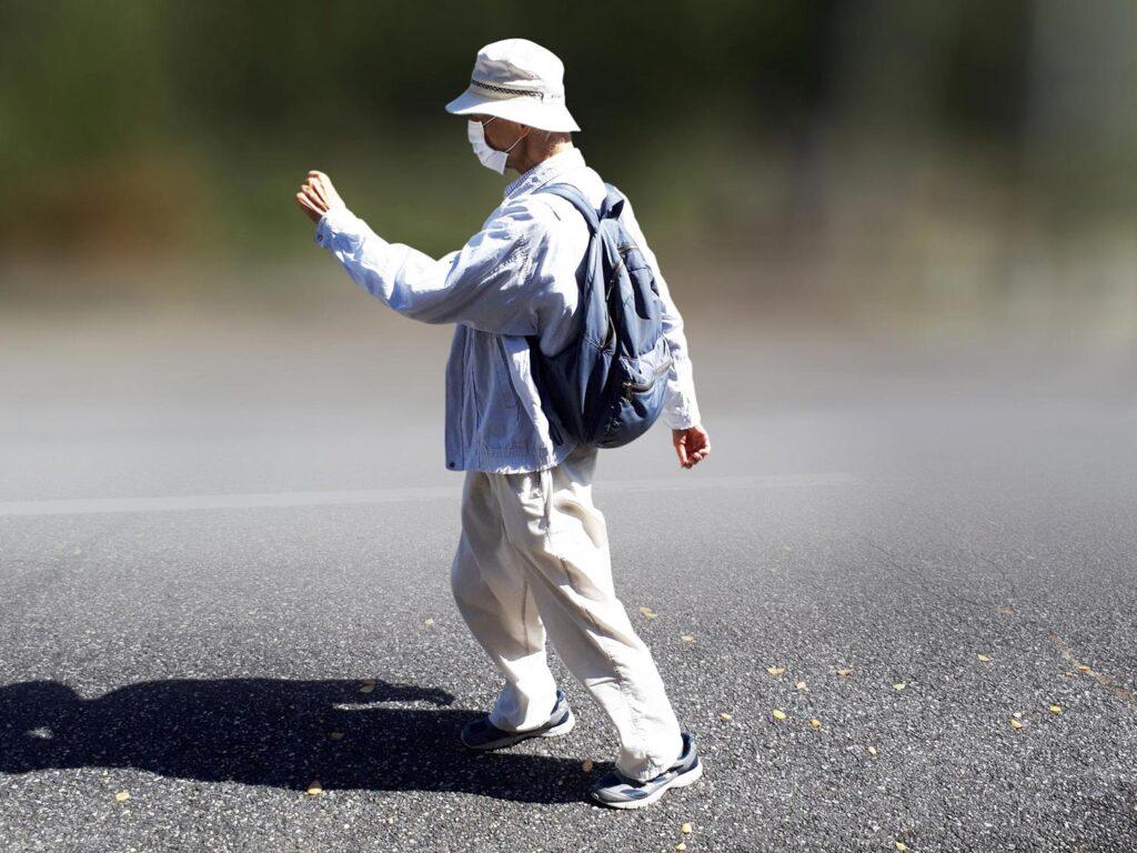 リハビリで歩く高齢者